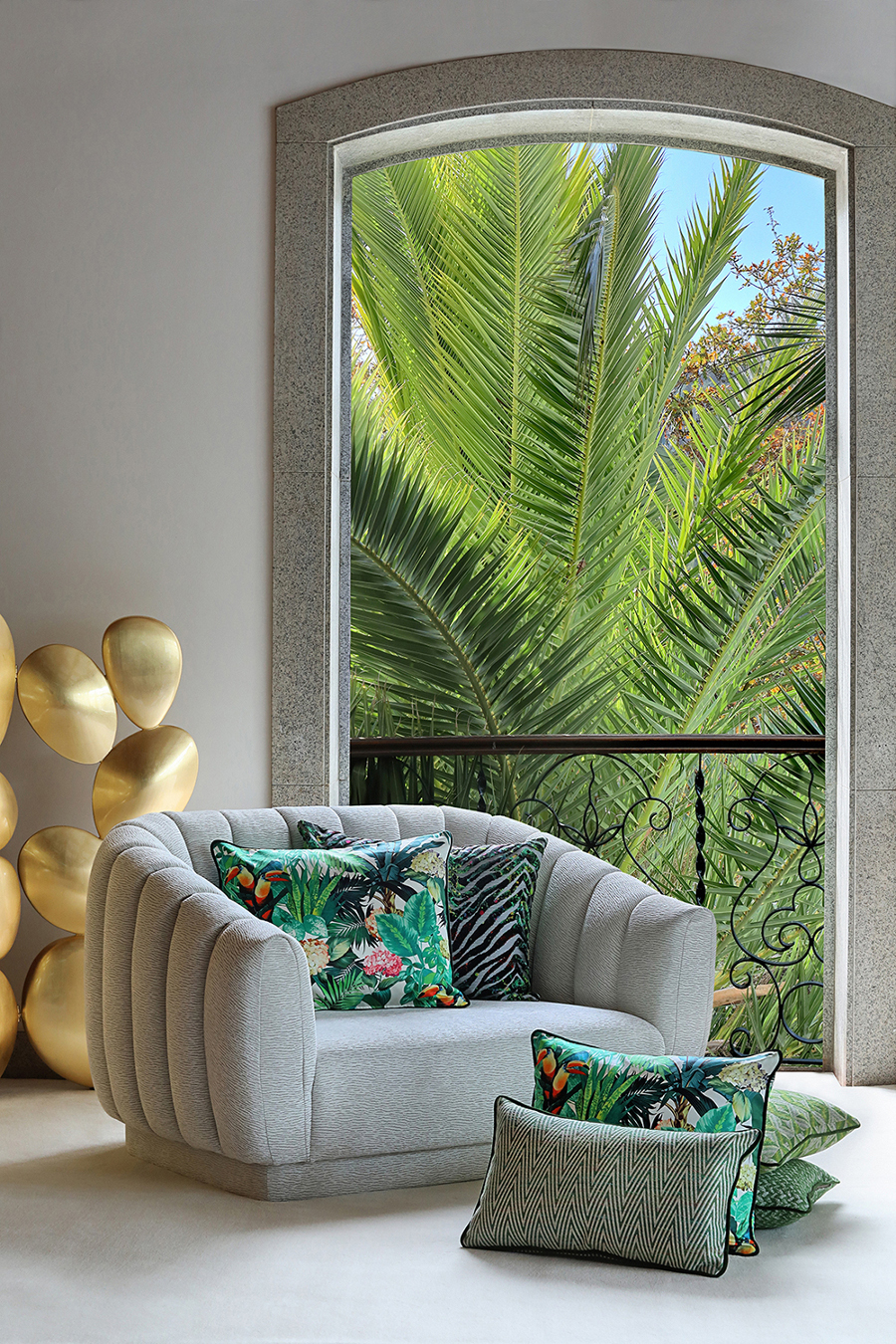 Pillows, drapes, or even armchairs can have the priviledge of being dressed by nature with tropical themes. Head over to this article that shows the best at M&O18. maison et objet Maison et Objet Sept: The Best Fall Trends For Upholstery Fabrics Maison et Objet September The Best Fall Trends For Your Upholstery Fabrics 12